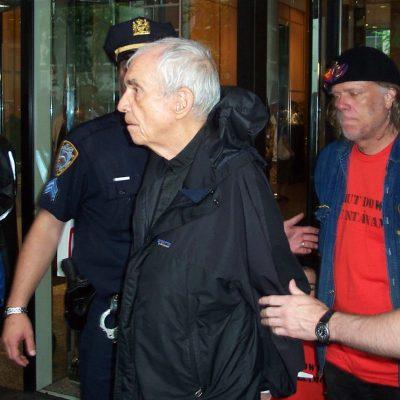 Padre Berrigan durante una manifestazione di disobbedieza civile nel 2006